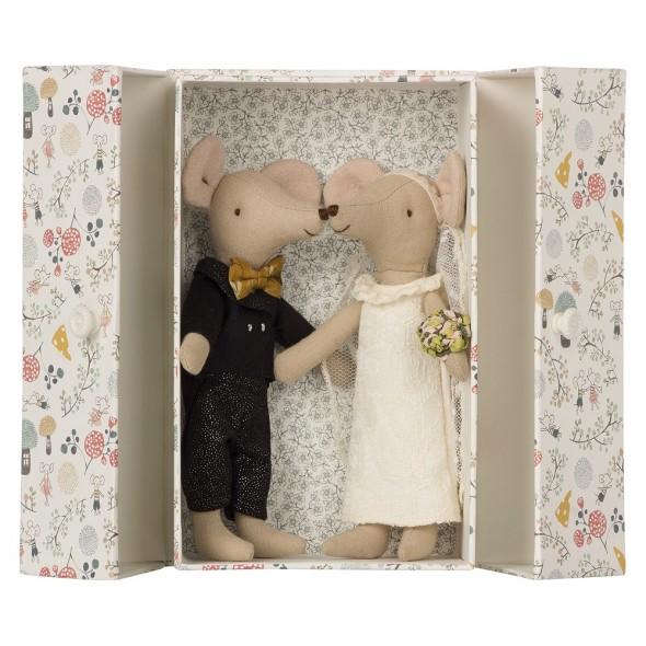 Couple de mariés souris dans une boite