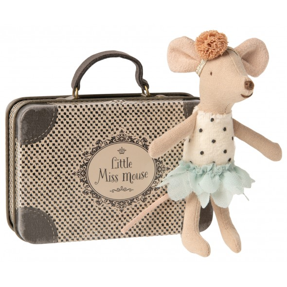 Miss petite souris dans sa valise