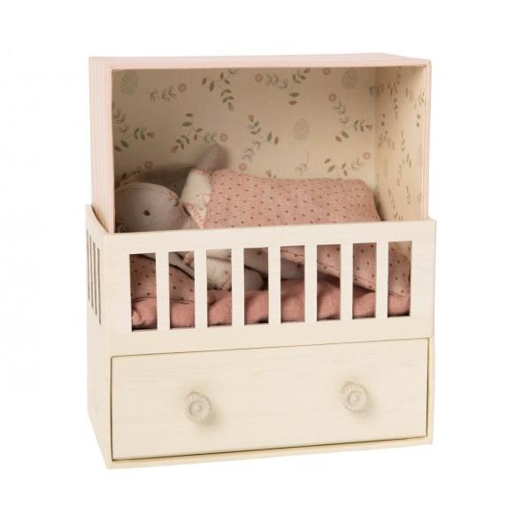 Petit lapin (micro) dans sa chambre de bébé musicale