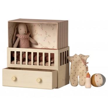 Petit lapin bunny (micro) dans sa chambre de bébé